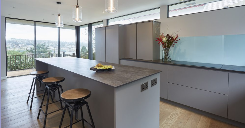 A modern contemporary kitchen design with glass splashback