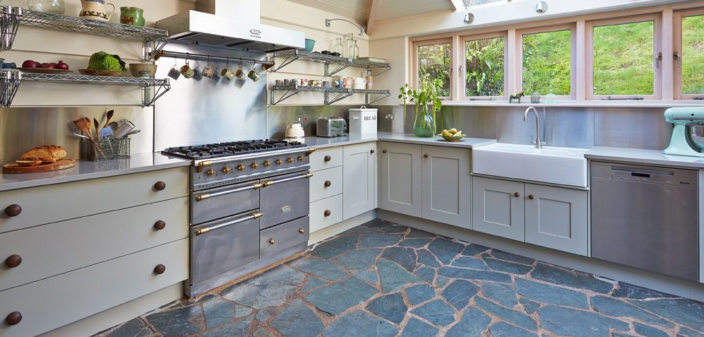 Stainless steel splashbacks incorporated in a Banres kitchen design